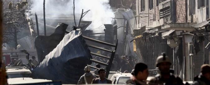 """Kabul, attacco kamikaze con ambulanza: almeno 103 morti e 235 feriti. Emergency: """"È un massacro"""". I talebani rivendicano"""