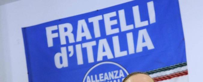 Milano, aggressione al gazebo di Fratelli d'Italia. Una donna scende dall'auto e urina sui manifesti