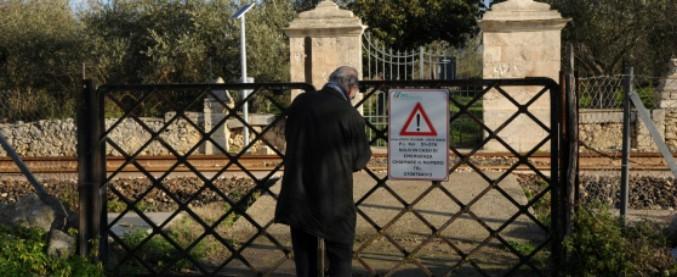 """Sassari, in """"ostaggio"""" del treno: il cancello è di fronte al passaggio a livello, per entrare a casa serve il nulla osta di Rfi"""