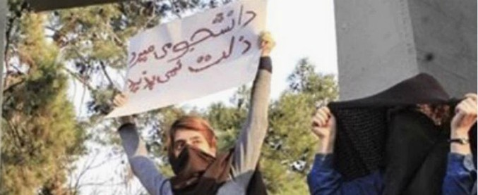 """Iran, arrestate 29 donne senza velo che protestavano contro l'hijab obbligatorio. La polizia: """"Turbavano l'ordine pubblico"""""""