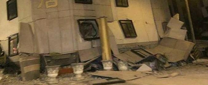 Terremoto Taiwan, crollato un hotel e persone intrappolate sotto le macerie: almeno 5 morti e 100 feriti