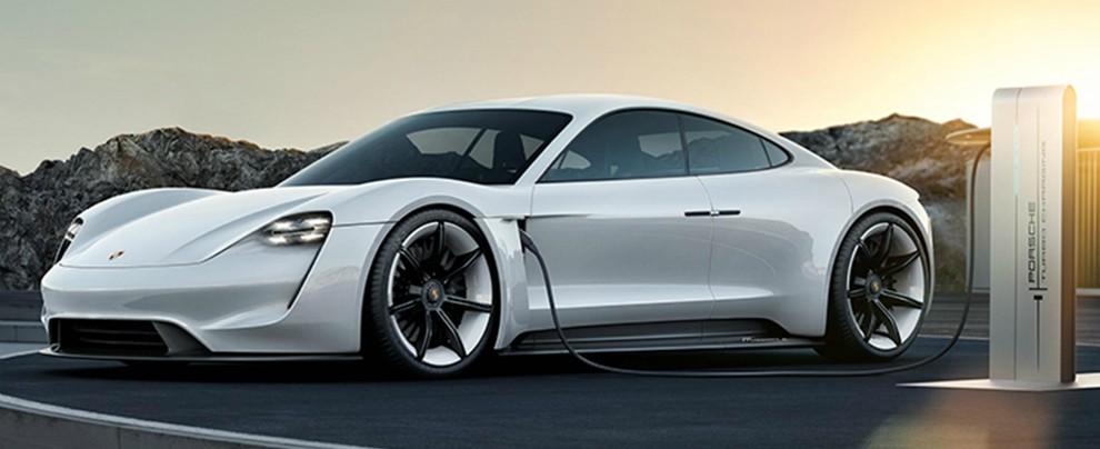 Porsche, all-in sull'elettrico. Investimenti doppi: 6 miliardi di euro entro il 2022