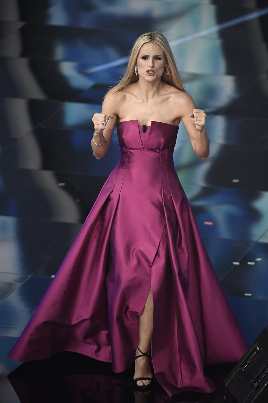 49e006bbb3 Sanremo 2018, tutti i look di Michelle Hunziker. Per adesso, Armani ...