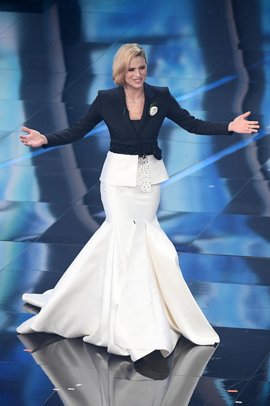 071be2b262 Sanremo 2018, Michelle Hunziker veste Trussardi e sui social piovono ...