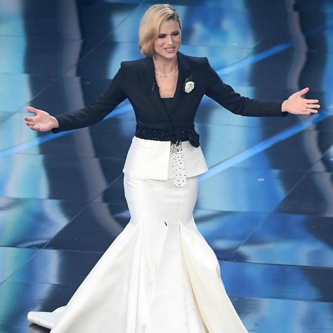 """Sanremo 2018, Michelle Hunziker veste Trussardi e sui social piovono critiche. Miccio: """"Spero che si lamenti con suo marito"""""""