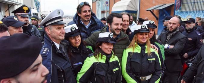 """Elezioni, Salvini in posa con i vigili urbani di Civitanova. Il Pd presenta un esposto: """"Inopportuno, vogliamo vederci chiaro"""""""