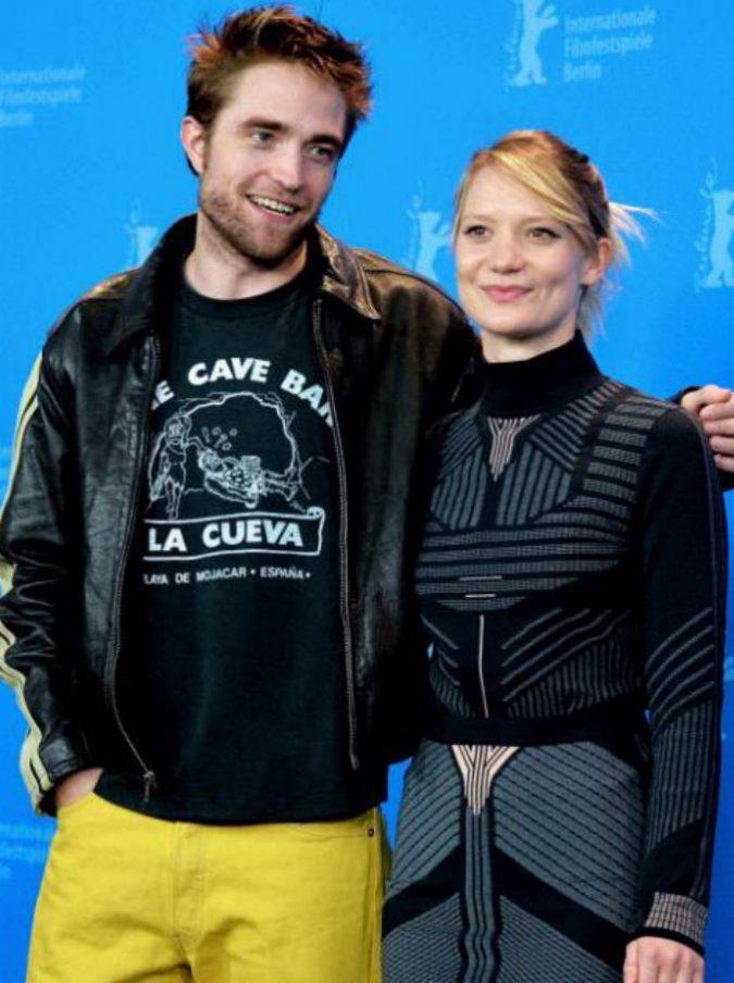 Festival di Berlino 2018, Robert PattinsoneMia Wasikowska con la campagna #MeToo. Fischi al film loro Damsel