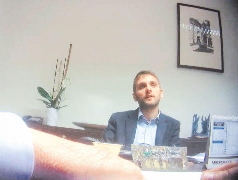 Il filmato –  Roberto  De Luca  nel video di  Fanpage.it: di fronte a lui l'ex boss che promette tangenti sui rifiuti.