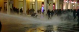 Bologna, presidio blindato per Forza Nuova. La polizia respinge gli antifascisti: idranti, cariche e lacrimogeni