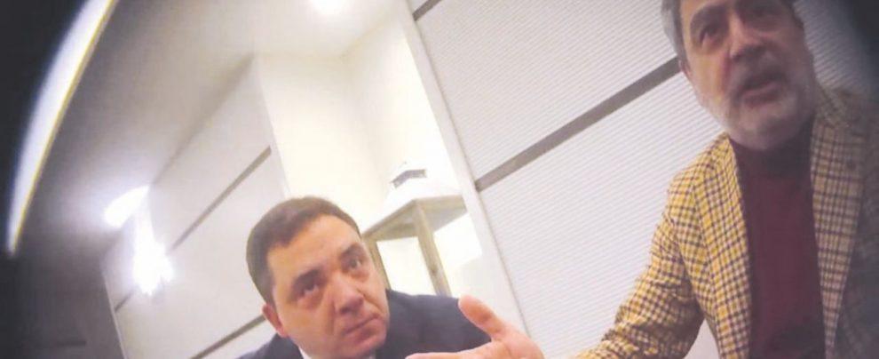 """Rifiuti Napoli, la """"stecca"""" nella valigetta dell'ex boss. E Iacolare dice: """"Sono qui per il governo De Luca"""""""