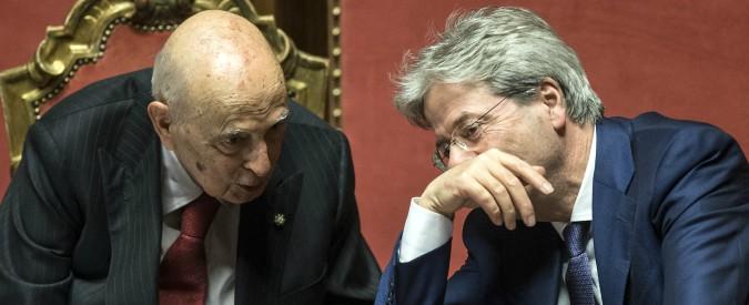 """Elezioni, Napolitano beatifica Gentiloni (e le larghe intese): """"Punto di riferimento per futuro e stabilità politica dell'Italia"""""""