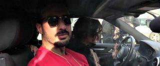 """Fabrizio Corona esce dal carcere, fidanzata e fan lo aspettano fuori da San Vittore: """"Sei un mito"""". E lui: """"Lo so"""""""