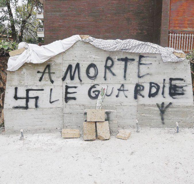 Insulti e svastica: oltraggiata la lapide per la scorta di Moro