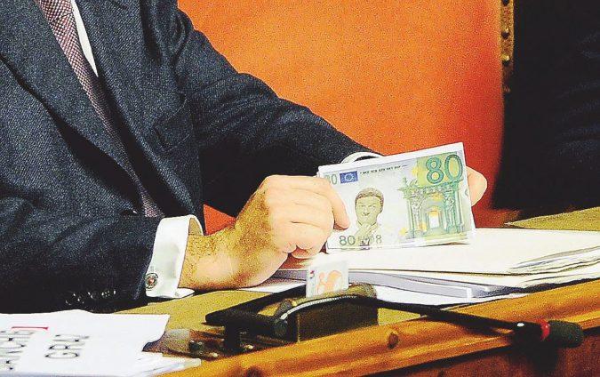 Statali, la beffa pre-rinnovo: costretti a ridare gli 80 euro