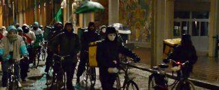 """Bologna, la protesta dei rider del cibo: """"Costretti a rischiare per arrivare in tempo. Se salti un week end? Non lavori più"""""""