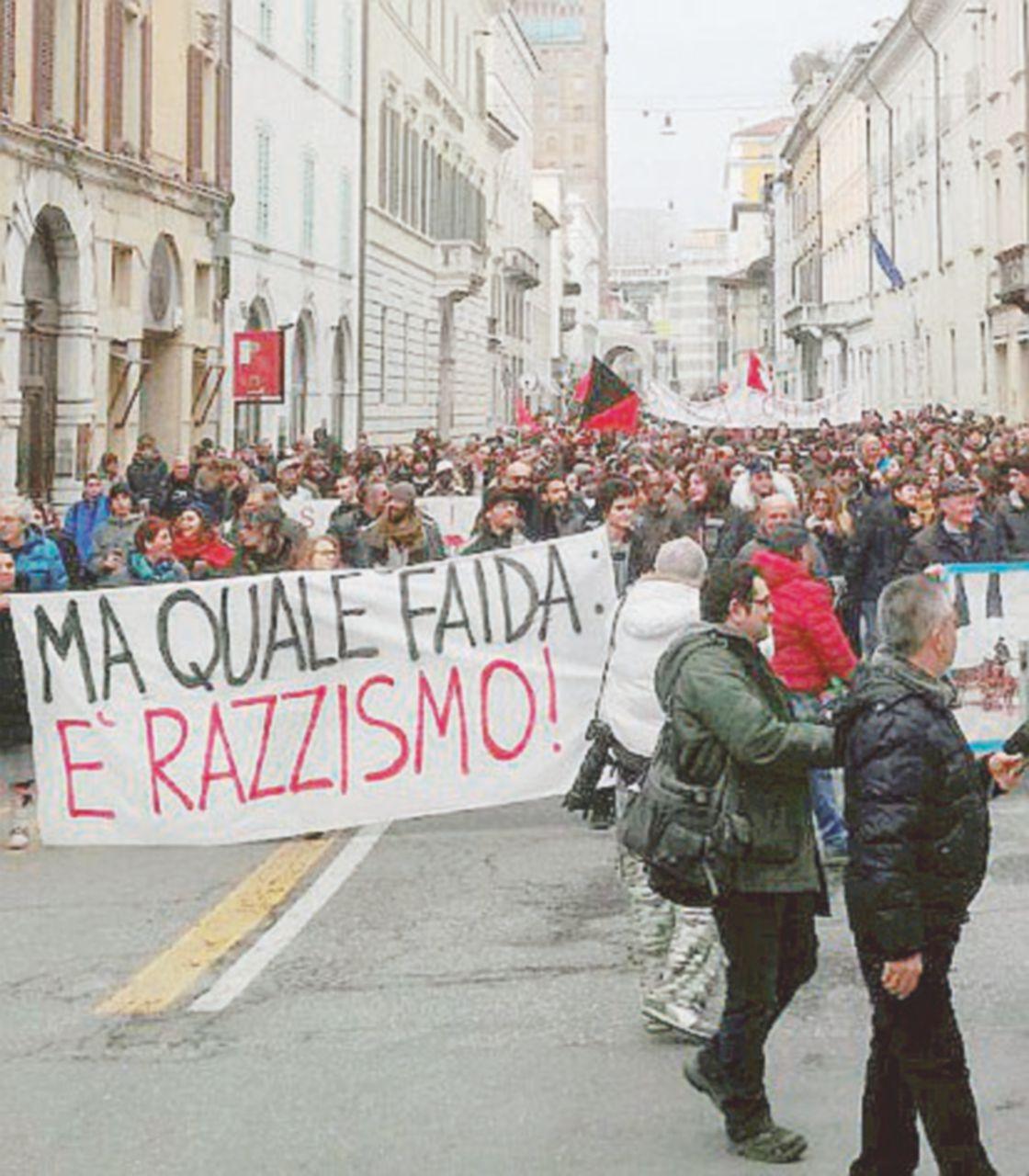 Brescia, i sinti guidano la piazza antifascista