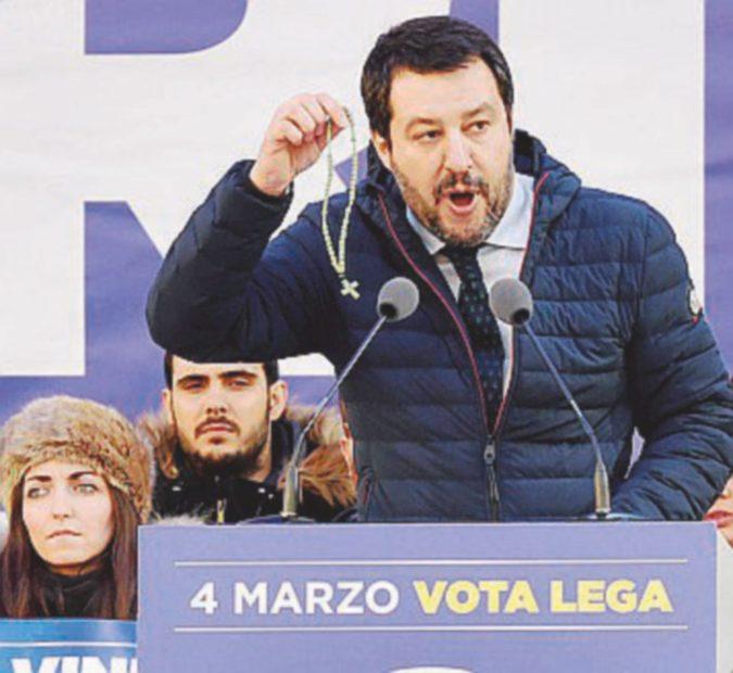 Salvini giura, i centri sociali si scontrano con la polizia