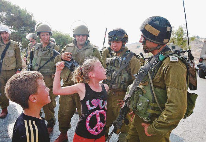 """La """"ribelle"""" fotogenica che divide i palestinesi"""