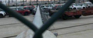 Burian, a Venezia crolla un lampione di 30 metri: quattro auto danneggiate nel parcheggio del Porto Nuovo