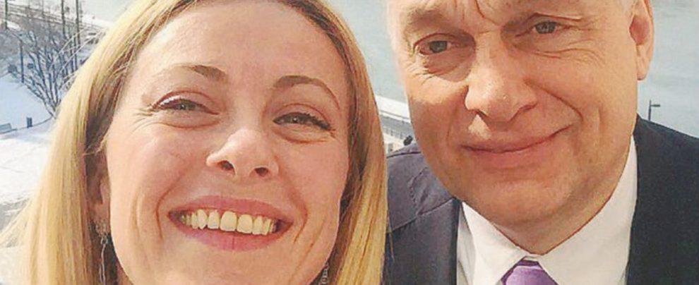 E Meloni si fa il selfie con l'ungherese Orbán