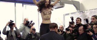 """Elezioni politiche 2018, agguato a Berlusconi. Femen nuda spaventa l'ex Cavaliere al seggio: """"Sei scaduto"""""""