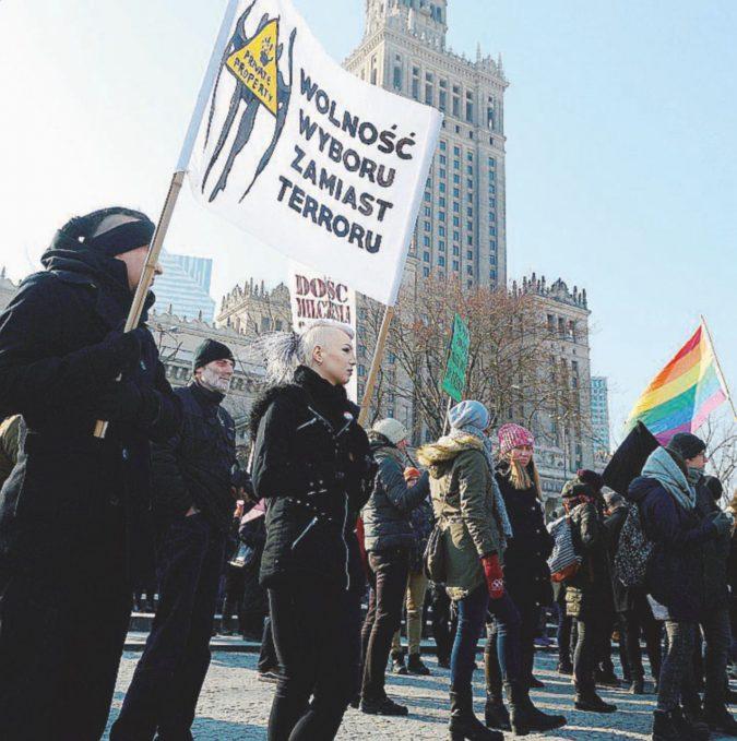 Il lutto delle polacche contro i no all'aborto