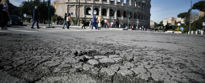 Roma, la procura apre un'indagine sulle buche. Su Twitter è virale #Karabuche, l'hashtag che ironizza sulla situazione