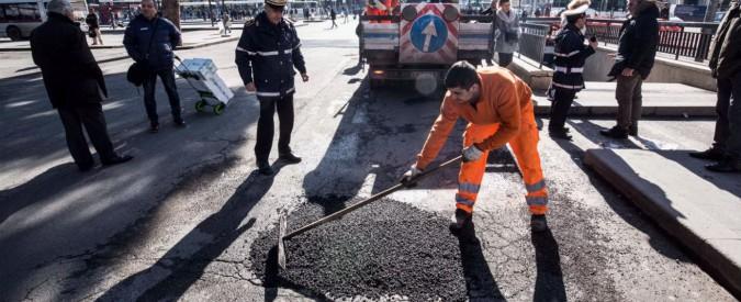 Buche a Roma, #stradenuove non basta: Raggi promette lavori per altri 17 milioni E il bando annunciato un anno fa non c'è