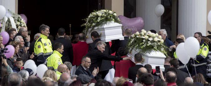 """Strage di Latina, """"preghiamo per il padre"""": prete contestato in chiesa. Ma aggiunge: """"Famiglia ha perdonato"""""""