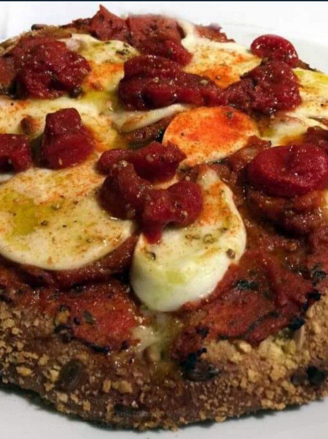 """Carlo Cracco, la sua pizza margherita fa inorridire la Rete: """"Non ha niente a che vedere con la napoletana"""". Ma pare che sia buona"""