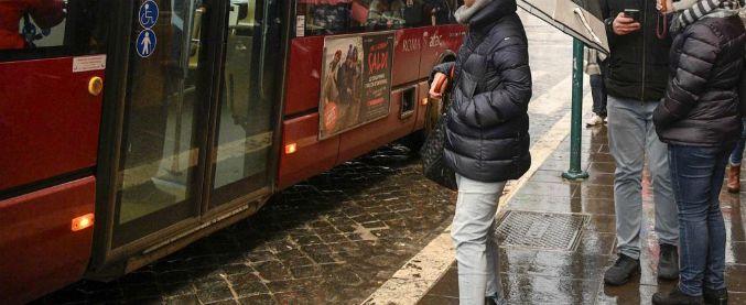 Roma, palpeggia e tenta di abusare di donna su autobus ma lei lo immobilizza e lo arresta