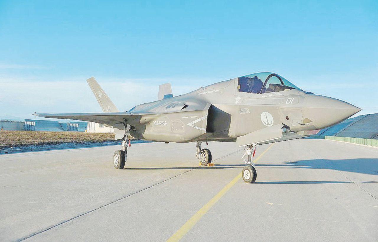 In Edicola sul Fatto Quotidiano del 11 marzo: L'Aeronautica: in servizio il primo dei 12 caccia acquistati Gli Usa: + 40 milioni di dollari a jet