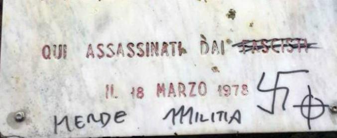 Milano, vandalizzata la targa per Fausto e Iaio: svastica e insulti sulla lapide in ricordo dei 18enni assassinati dai fascisti