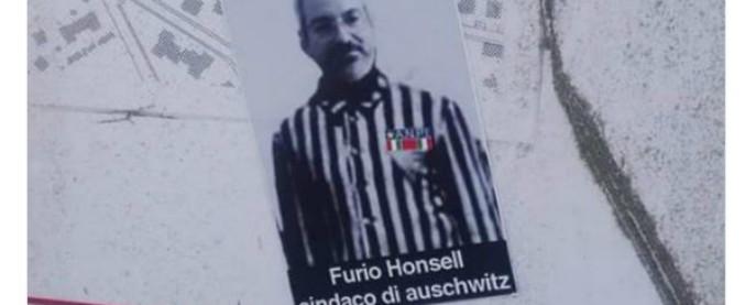 """Udine, adesivi con la faccia dell'ex primo cittadino Honsell in divisa da deportato e la scritta """"sindaco di Auschwitz"""""""