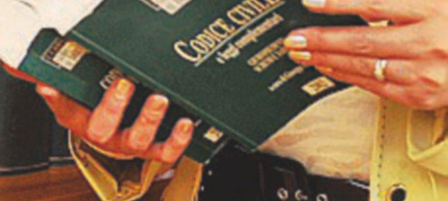 Avvocato si fingeva sorella di Cantone: arrestata per truffa