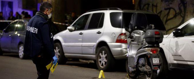 Roma, auto non si ferma a un controllo. Carabiniere spara e ferisce due passanti su uno scooter