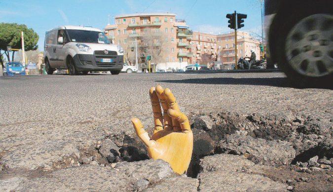 Roma, le buche nelle strade sono scavate dalle tangenti