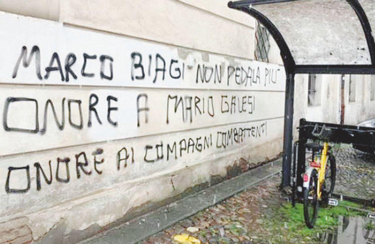 """Scritte a 16 anni dal delitto: """"Biagi non pedala più, onore ai combattenti"""""""