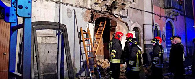 Catania, esplosione per fuga di gas: una persona carbonizzata. Morti 2 pompieri