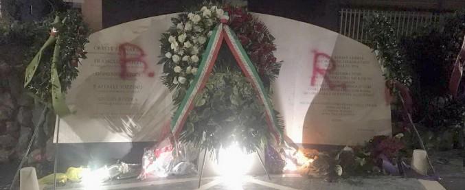 """Aldo Moro, imbrattato il monumento di via Fani dedicato agli agenti di scorta: sulla lapide la scritta """"Brigate Rosse"""""""