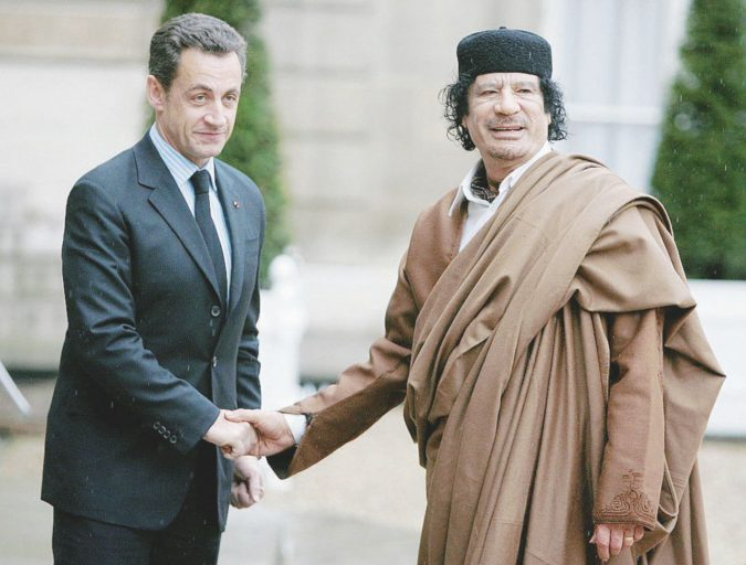 """Sarkozy e l'intrigo libico: """"Io, vittima dei sicari di Gheddafi"""""""