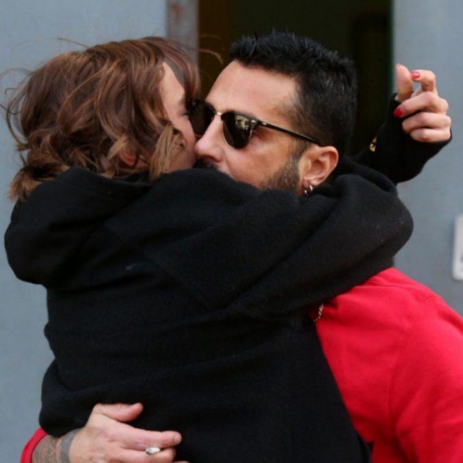 """Rissa sfiorata per Fabrizio Corona: """"Pezzo di m… ti vengo a prendere"""". La fidanzata Silvia Provvedi interviene a Mattino5"""