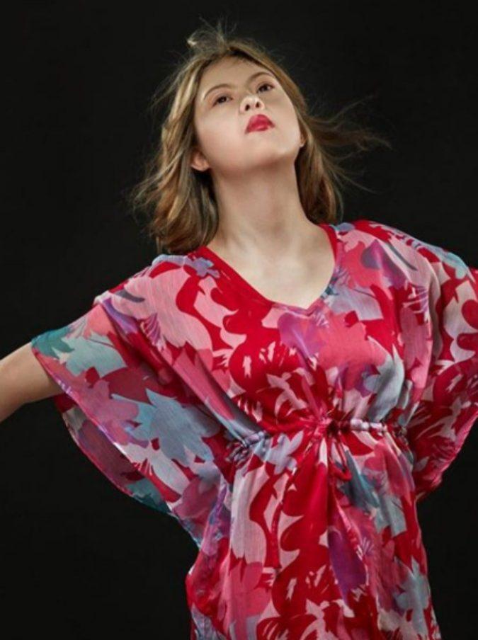 Kathleen, la 18enne con la sindrome di Down diventa modella e posa davanti alla Tour Eiffel