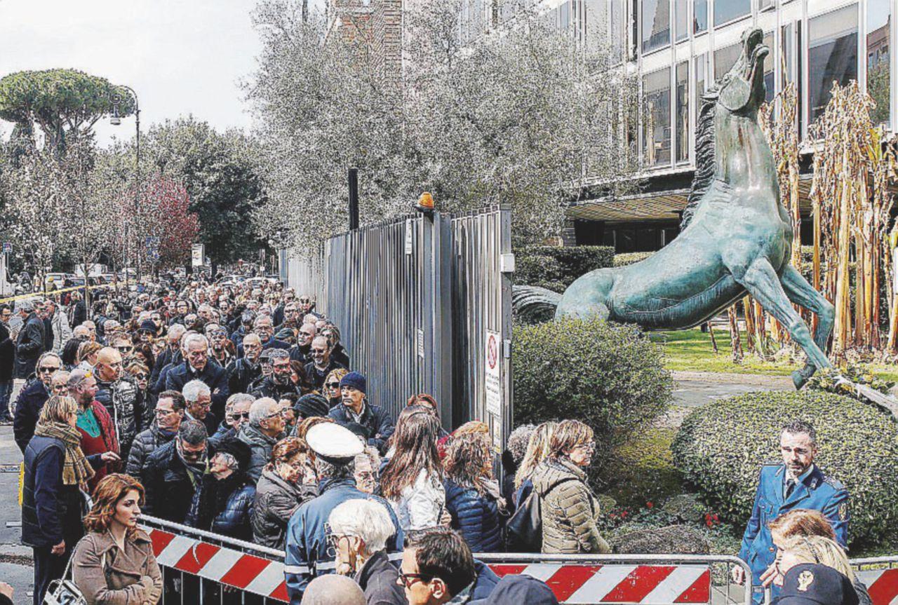 """""""Era uno di noi"""": l'omaggio commosso a Fabrizio Frizzi"""