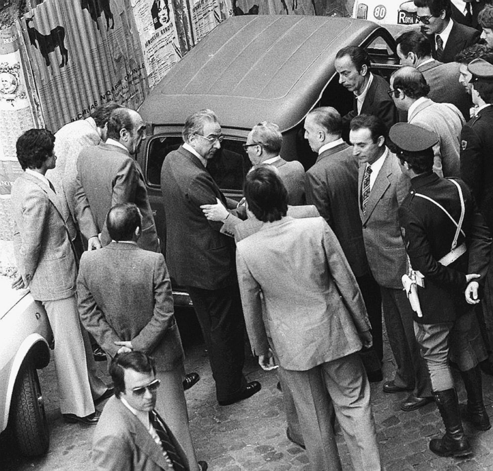 Via Caetani, 9 maggio – Francesco Cossiga in via Caetani davanti alla Renault 4 in cui fu trovato il corpo di Aldo Moro – Ansa