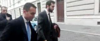 """Di Maio blocca il cronista sul più bello: """"Salvini? Il mondo finisce qua…"""". E scompare dietro l'ingresso della Camera"""