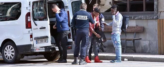 """Bardonecchia, blitz della polizia francese. Parigi: """"Lecito per un accordo del 1990"""". Ong: """"Intesa diversa e non prevede test"""""""