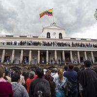 La piazza gremita e i governanti schierati
