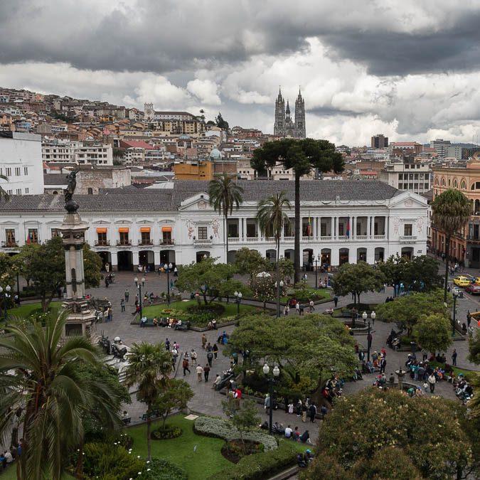 """Reportage: Quito, tra dorati splendori coloniali, colorati """"presepi"""" di Lego e festose kermesse popolari."""