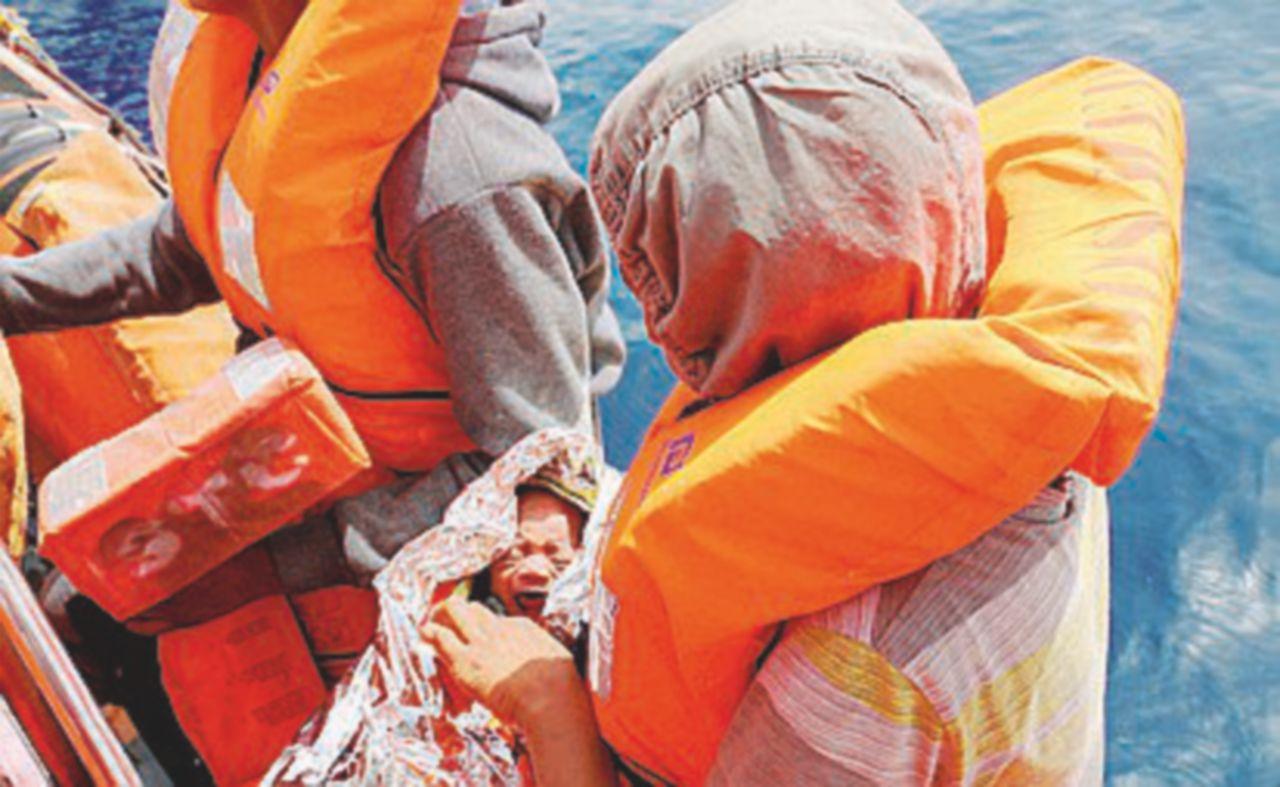 """Le Ong e i libici incrociano un barcone: una trattativa """"salva"""" bambini e malati"""
